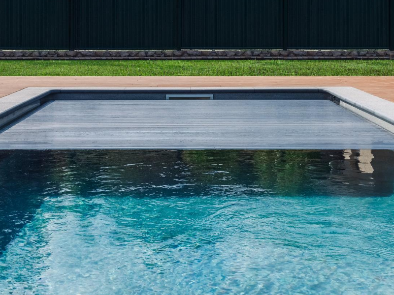 this outdoor pool can cover by automatic pool cover